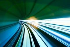 Trem que move-se no túnel Foto de Stock