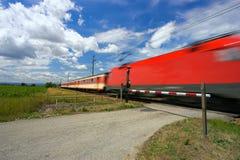 Trem que passa com um railwa fotografia de stock royalty free
