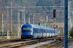 Trem que passa a estação Fotografia de Stock