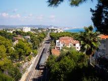 Trem que passa perto do mar Mediterrâneo Fotografia de Stock Royalty Free