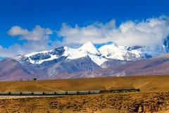Trem que passa por montanhas de Nyenchen Tanglha Fotografia de Stock