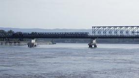 Trem que passa sobre a ponte em Danube River vídeos de arquivo
