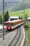 Trem que passa uma vila Imagem de Stock Royalty Free