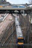 Trem que sae da estação de comboio imagem de stock