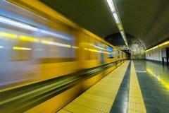 Trem que sae da estação de metro Imagem de Stock Royalty Free
