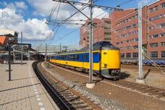 Trem que sae da estação holandesa de Amersfoort fotografia de stock royalty free