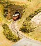 Trem que sae de um túnel fotografia de stock