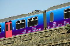 Trem que sae de uma estação Foto de Stock Royalty Free