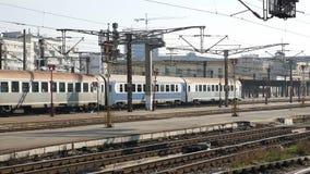 Trem que sae do estação de caminhos-de-ferro video estoque