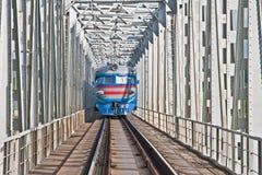 Trem que viaja na ponte do ferro Fotografia de Stock Royalty Free