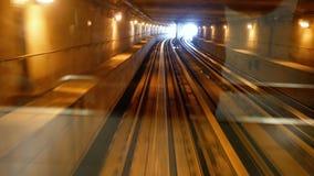Trem que viaja sob o ponto de vista do túnel video estoque