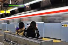 Trem rápido de espera do passageiro Imagem de Stock Royalty Free