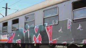 Trem sérvio das estradas de ferro que passa perto filme