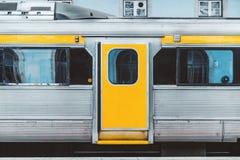 Trem suburbano na plataforma foto de stock