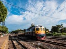 Trem tailandês do vintafe velho na estrada de ferro Imagem de Stock