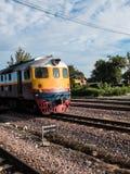 Trem tailandês do vintafe velho na estrada de ferro Fotografia de Stock