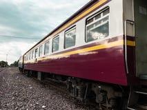 Trem tailandês do vintafe velho na estrada de ferro Fotos de Stock Royalty Free