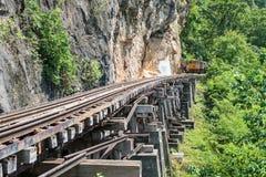 Trem tailandês na ponte de Kwai do rio de Kanchanaburi Foto de Stock