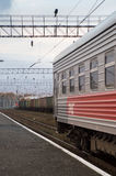 Trem transiberiano em trilhas em Riussia Imagens de Stock Royalty Free