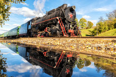 Trem velho do vapor na estação com reflexão foto de stock royalty free