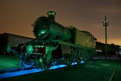 Trem velho do vapor na luz dos tapumes pintada Imagem de Stock