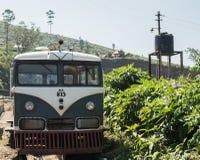 Trem velho verde da hippie perto da plantação de chá ninguém Fotos de Stock