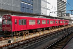 Trem vermelho em uma estação fotos de stock royalty free