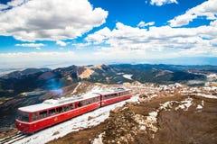 Trem vermelho máximo da estrada de ferro de roda denteada dos piques Imagens de Stock Royalty Free