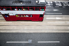 Trem vermelho na cidade de Hong Kong fotos de stock