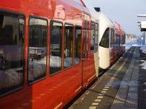 Trem vermelho que espera em uma estação de comboio holandesa fotografia de stock royalty free