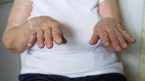 Tremblement de Parkinson et de main de dame âgée banque de vidéos