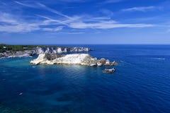 Tremitieilanden met blauwe water, boten en wolken Gargano Puglia voor aard, reis en holyday concepten Royalty-vrije Stock Fotografie