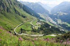Tremola oude weg die tot St Gotthard pas leidt stock afbeeldingen