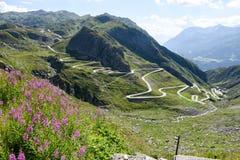 Tremola oude weg die tot St Gotthard pas leidt stock foto's