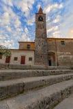 TREMOSINE ITALIEN - FEBRUARI 24, 2019: Sikt av den kyrkliga Chiesaen di San Giovanni Battista av den stadsTremosine Tremosine sul royaltyfria foton