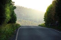 Trempez en descendant Petite route dans les montagnes de la Suède du nord photographie stock
