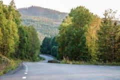 Trempez en descendant Petite route dans les montagnes de la Suède du nord photo stock