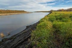 Trempez et banque doucement en pente d'une rivière large image stock