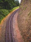 Trempez extrêmement les voies de train chez Drachenfels, Königswinter, germe image stock
