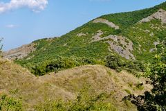 Trempez haut la pente couverte d'herbe sur le fond de ciel bleu photographie stock libre de droits