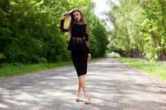 Trempez la femme ukrainienne mince sur la vieille route d'asphalte image stock