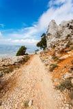 Trempez la route dangereuse de montagne avec un grand gravier dans les montagnes de la Sardaigne, Italie Photo libre de droits