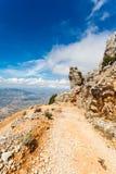 Trempez la route dangereuse de montagne avec un grand gravier dans les montagnes de la Sardaigne, Italie Photos stock