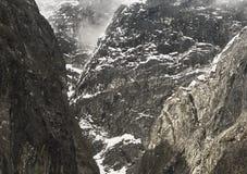 Trempez les falaises glaciaire polies chez Tracy Arm, Alaska du sud-est image libre de droits