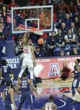 Trempez par Keanu Pinder en Arizona v Match de basket d'UConn Images stock