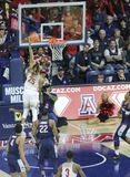 Trempez par Keanu Pinder en Arizona v Match de basket d'UConn Photo stock