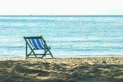Trempoline de trempoline sur la plage, la plage, la mer et la relaxation photos libres de droits