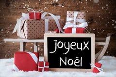 Trenó com presentes, neve, flocos de neve, Joyeux Noel Means Merry Christmas Foto de Stock