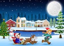 Trenó da equitação do menino dos desenhos animados na vila nevando com criança de corrida ilustração stock