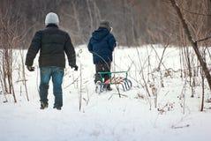 Trenó das crianças no inverno no ar fresco Fotos de Stock